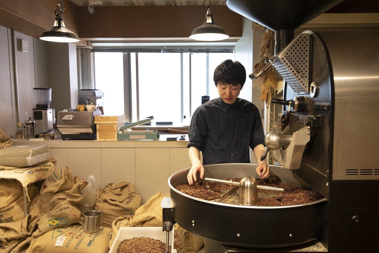 代表の小池司さんが焙煎。
