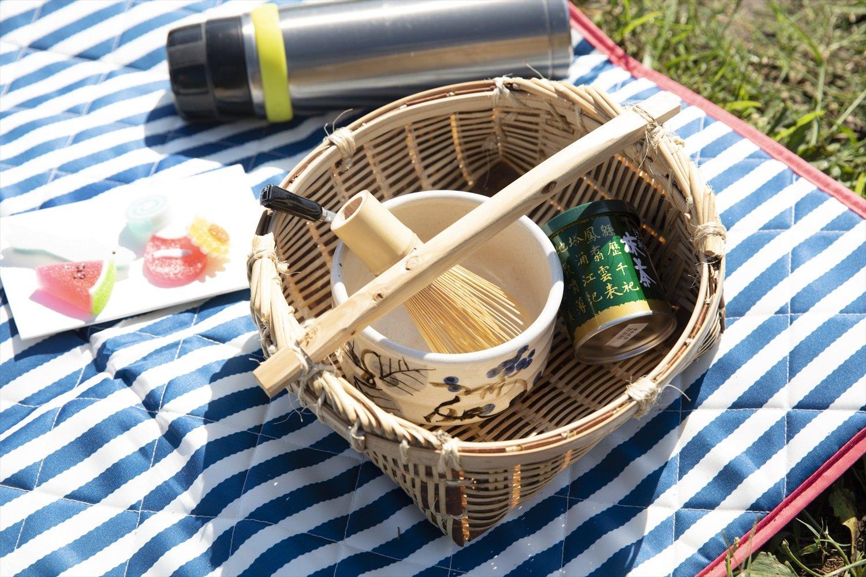 茶筅、茶碗、抹茶はカゴにまとめて。干菓子、熱湯を入れた保温ボトル、シートも準備。