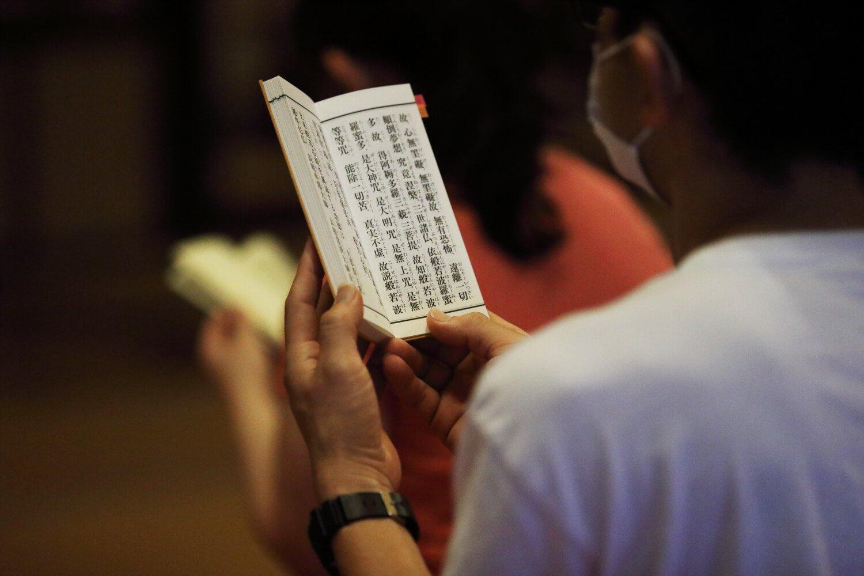 坐禅後、「朝の会」でお経を読む。