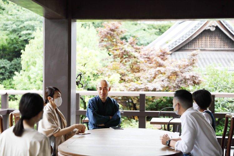 お寺の朝は、ゴールデンタイム! 読経、掃除、座禅で清々しい一日を