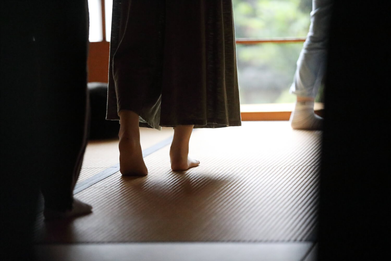 坐禅後に堂内を歩く経行(きんひん)。歩く坐禅と言われ、一呼吸で半歩進む。