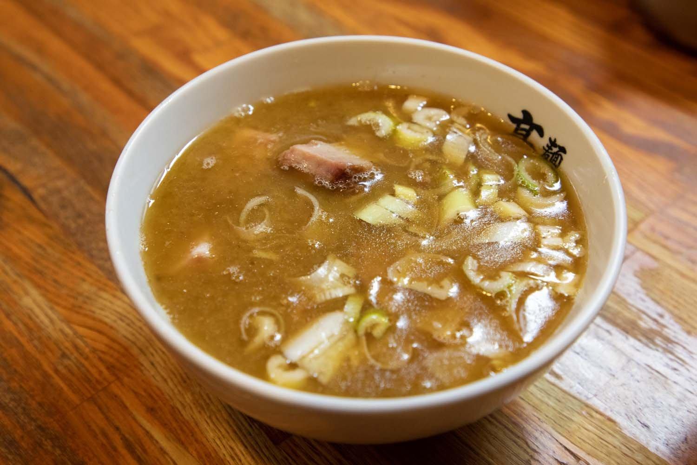スープは卓上にある玉ねぎ(3杯まで無料)や、魚粉を加えても美味しい。