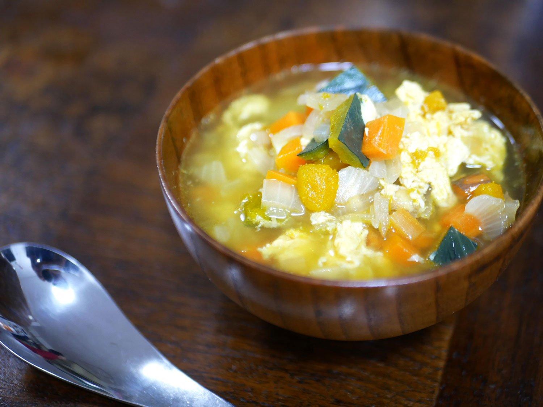 カボチャ、タマネギ、卵のスープを後からカレーに。生トマトも最後に加える。