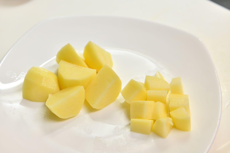 溶かす役目の野菜は小さくカットし、素材の旨みたっぷりのカレーに。
