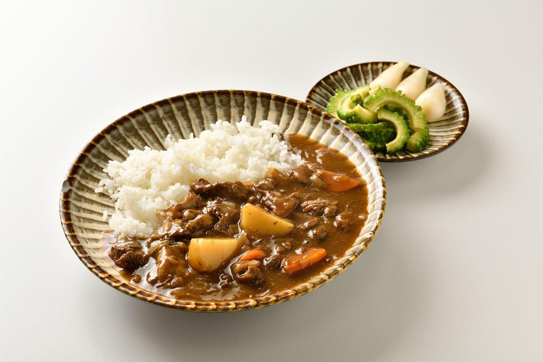 和の薫る牛すじ煮込みの武田家カレー。ゴーヤとらっきょうの漬物も自家製。