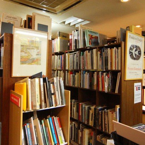 神楽坂は、本の街。個性が際立つ書店、珠玉の2店を紹介します
