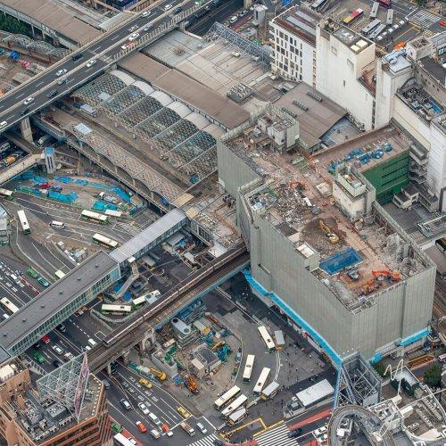 変貌する渋谷を空から撮影し続けた10年の記録。吉永陽一氏写真展『空鉄-うつろい-』を渋⾕区⽂化総合センター⼤和⽥で開催。