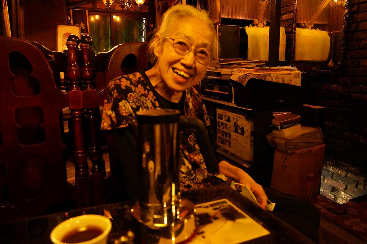 荻窪の歴史にももちろん詳しい風呂田和枝さん。笑顔がかわいらしい。