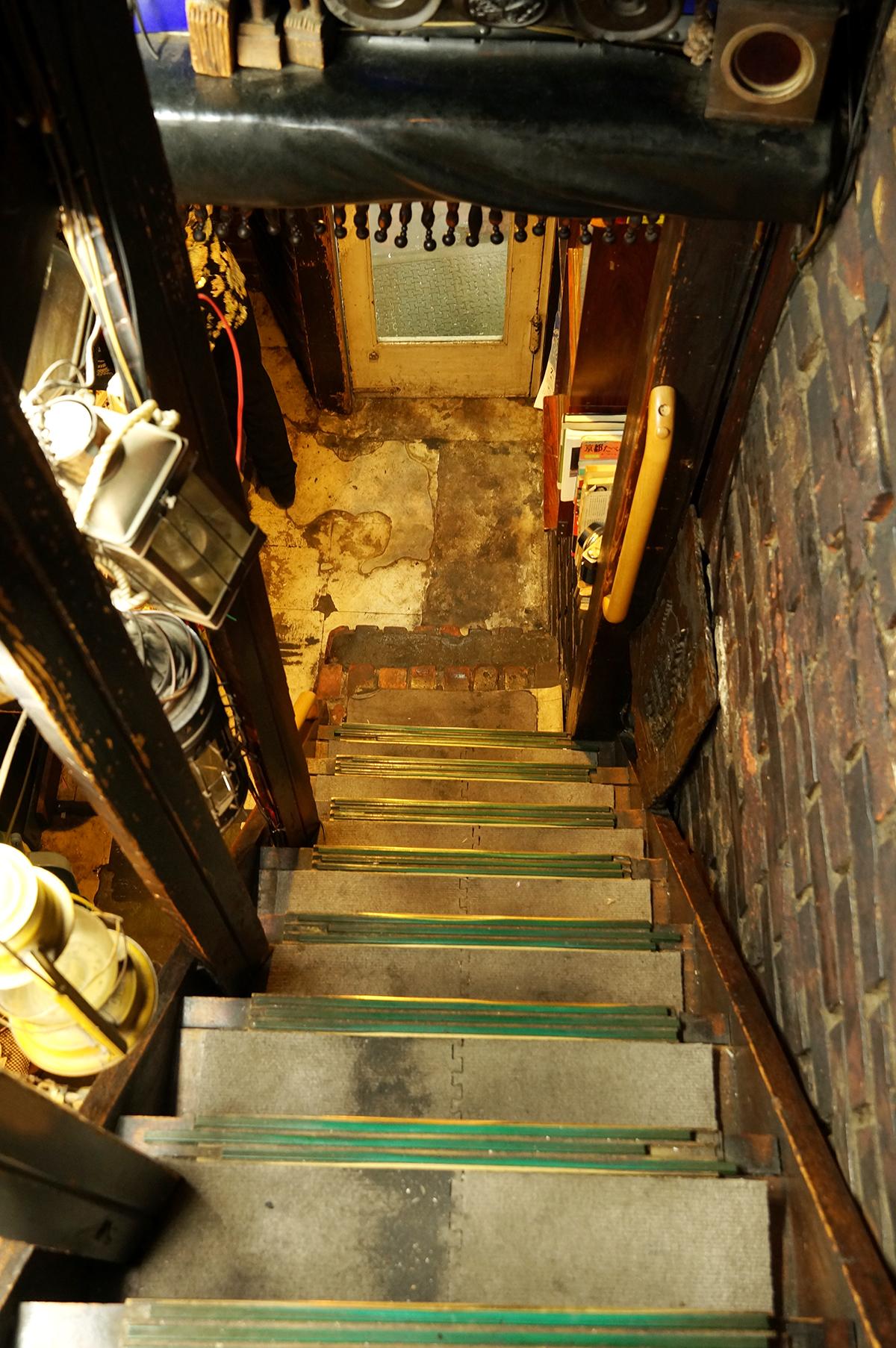 この階段を上がると2階が客席。秘密基地のようでちょっとわくわく。