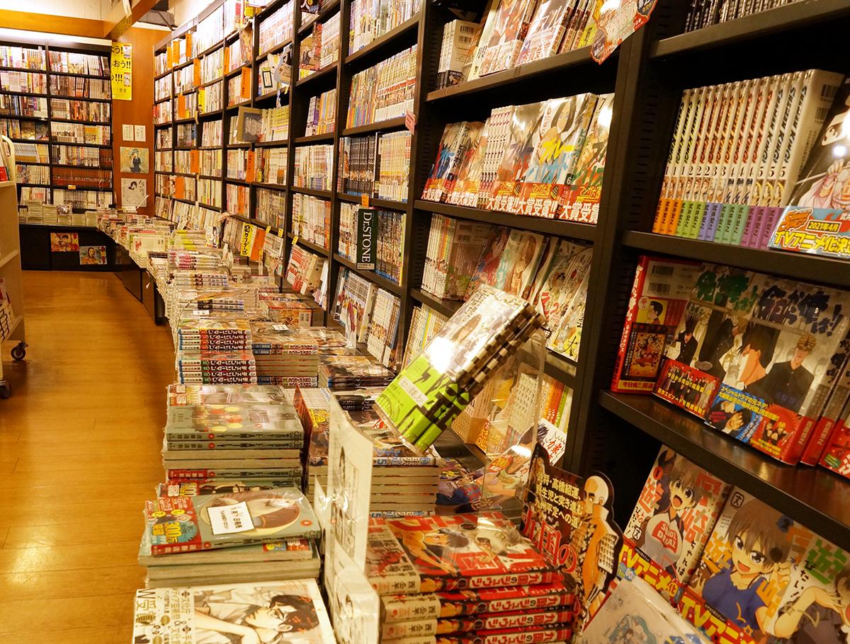 漫画家も多く住む荻窪らしいコミックスの充実ぶり。