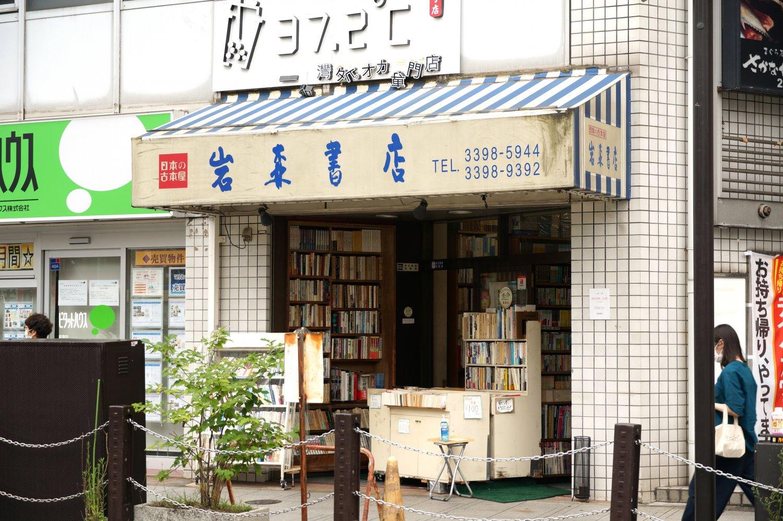 店頭には、100円文庫コーナーを設置。