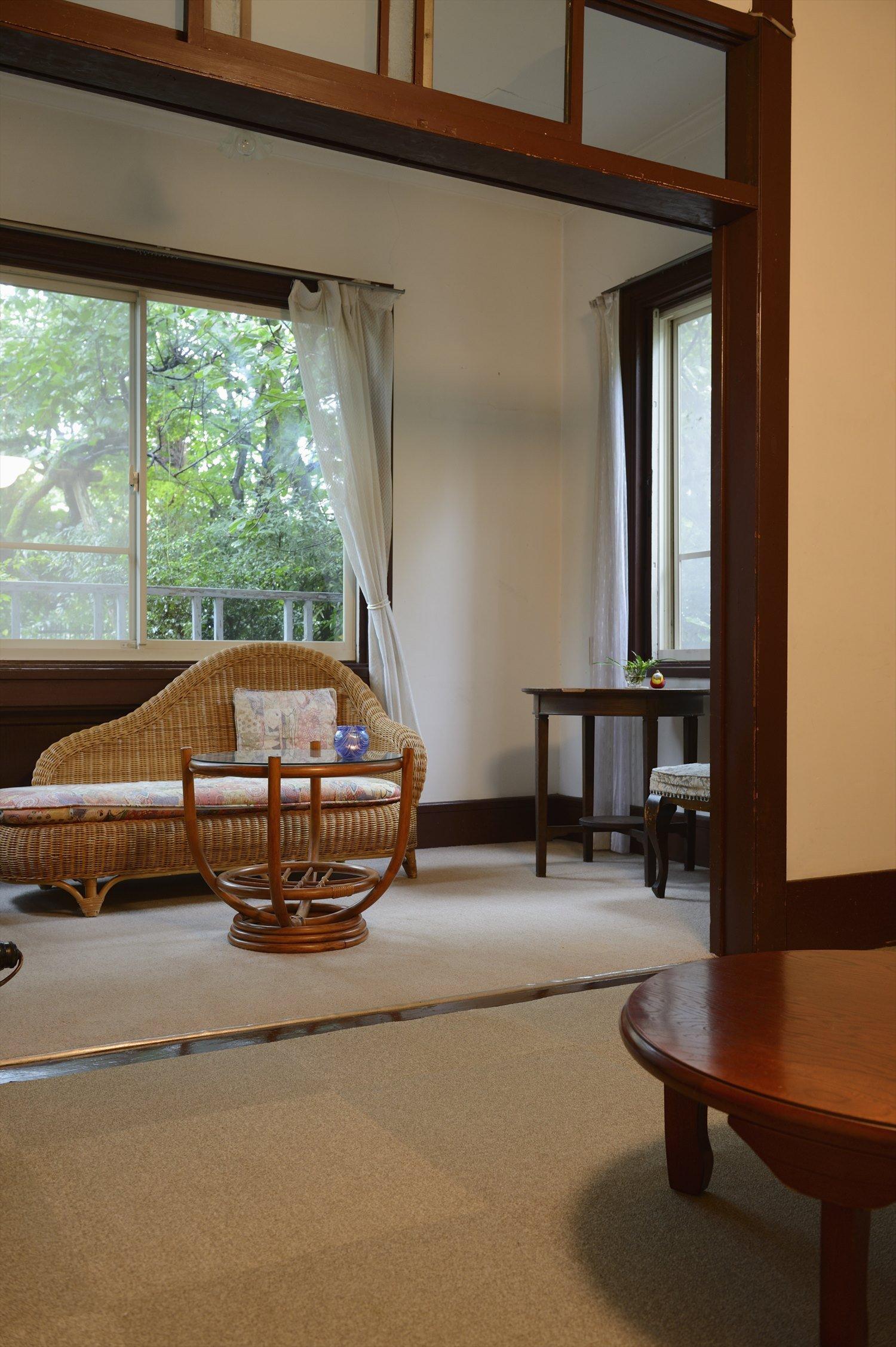 5畳の部屋にはソファや読書テーブルがある。