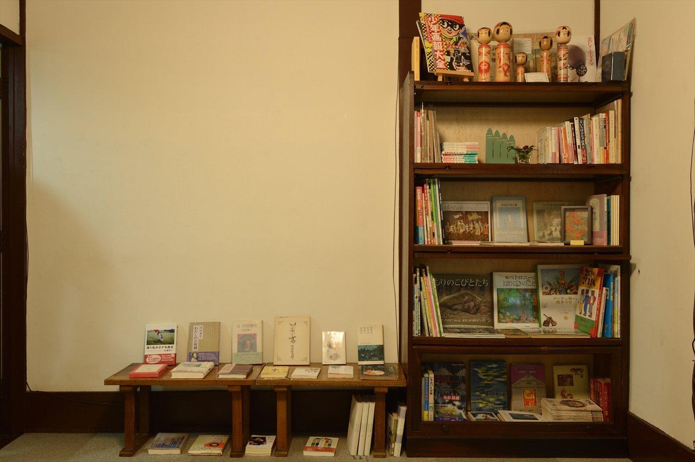 書架とラックにはエッセイや絵本の他、高畠華宵の画集も並んでいた。