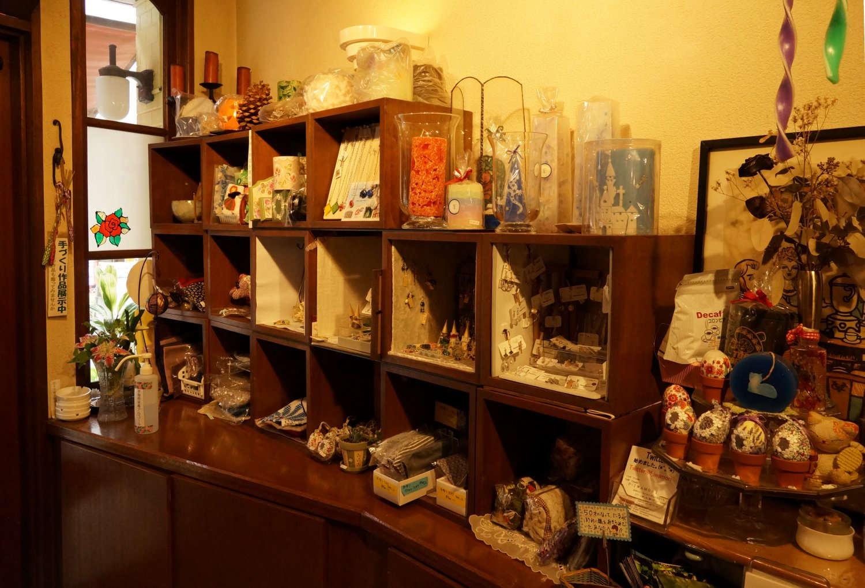 レンタルボックススペースには手作り作品がたくさん並ぶ。