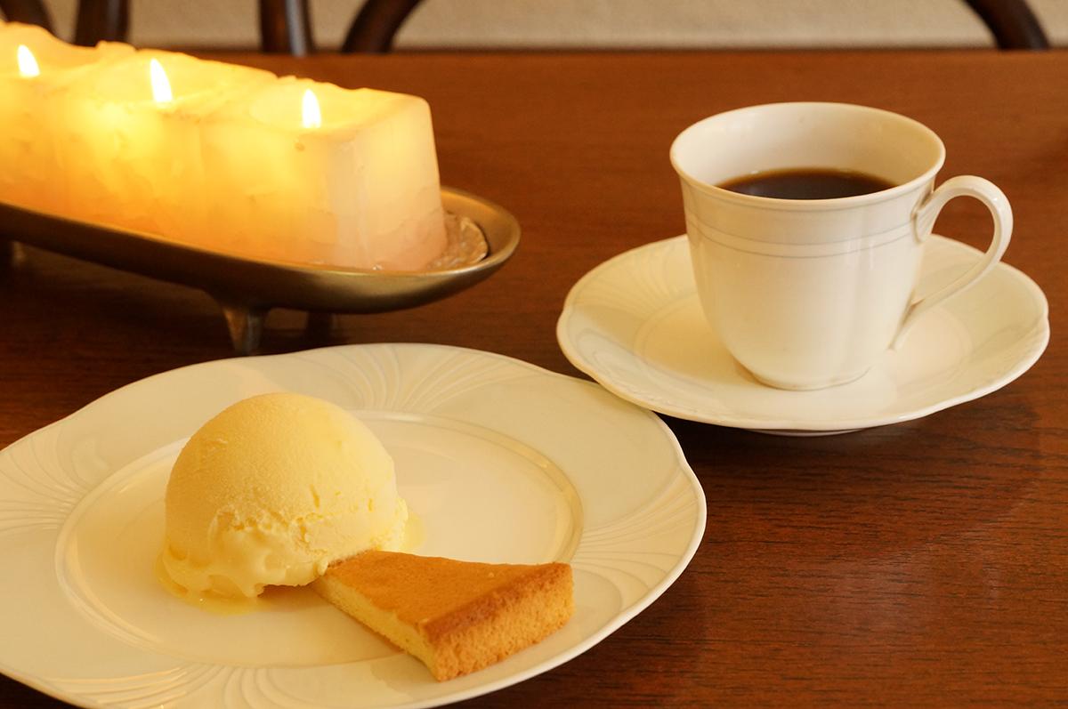 コアントローが隠し味の手づくりアイスクリームも濃厚でおいしい。コーヒーとセットで1100円。