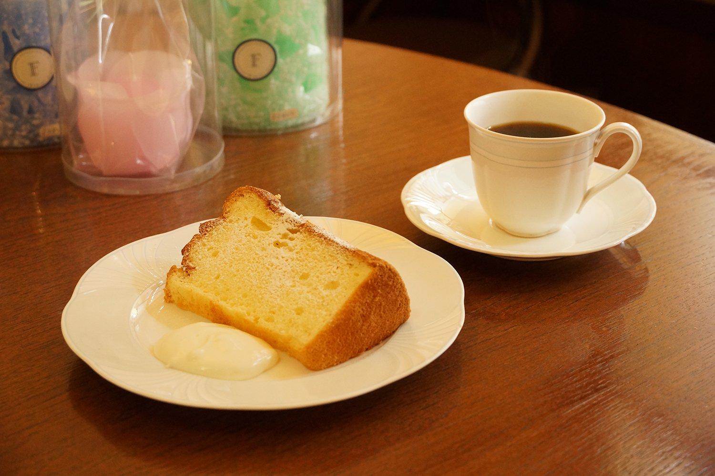 シフォンケーキとコーヒーのセット900円。オプションでアイスクリームをのせても。