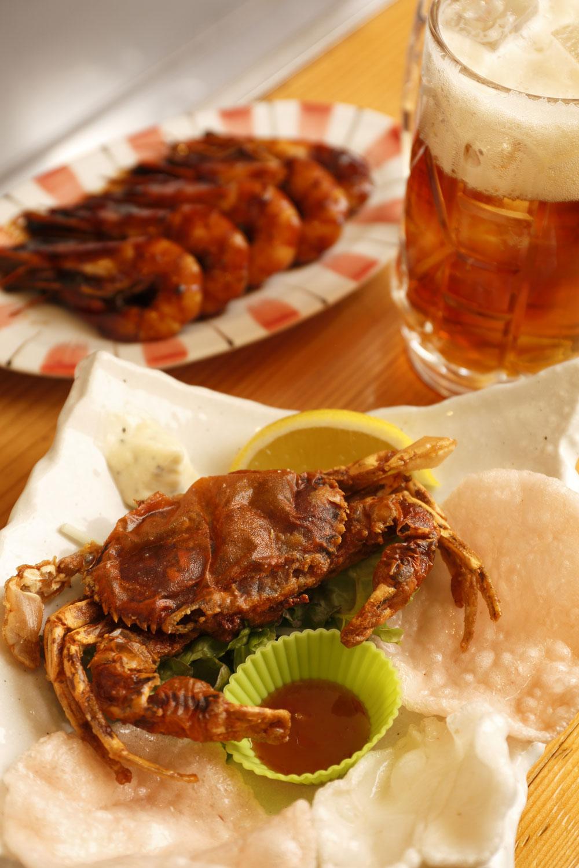 ソフトシェルクラブ(手前)を殻ごとかぶりつけば、はさみのパリパリ、まろやかなカニ味噌など多様な味わい。