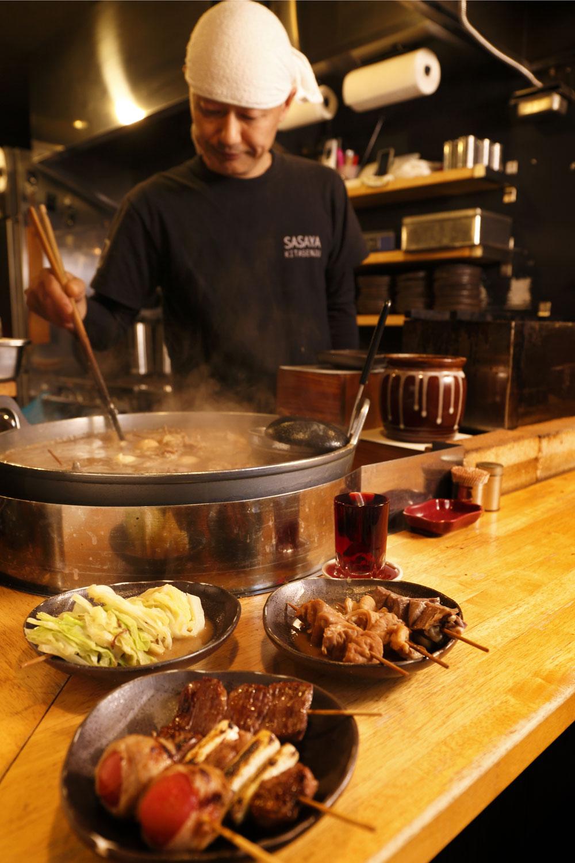 鍋で煮込んでから焼くトマト巻きなど。炭で焼く串焼きは牛が495円、豚・野菜が220円。煮込み鍋の全うまみを吸ったキャベツ煮込み220円(左)も外せない。