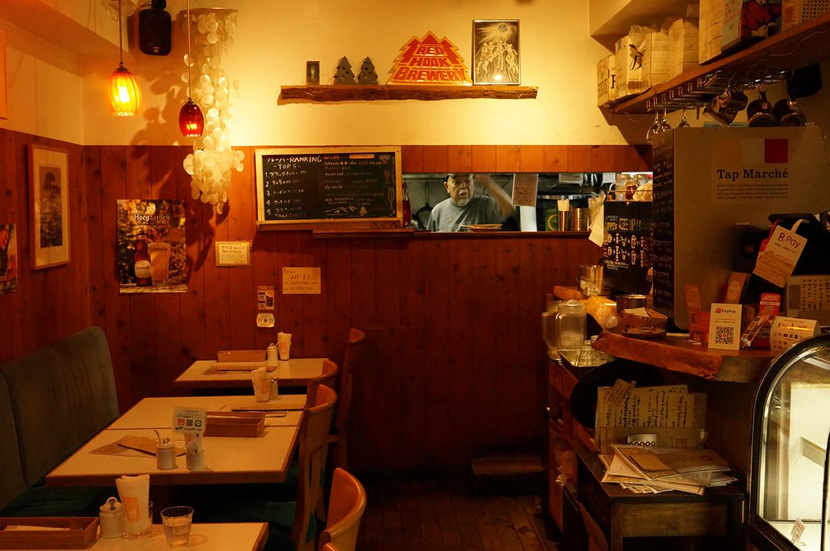 厨房の奥に父・正道さん。
