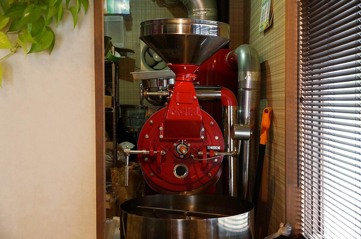 店のシンボルのように存在感を放つ焙煎機。