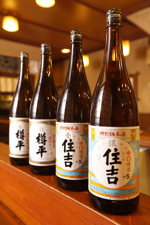 樽酒は2銘柄4種を揃える。金(山田錦)住吉1.6合1100円、銀(ササニシキ)住吉1.6合750円、金 樽平2合1200円、銀 樽平2合850円。