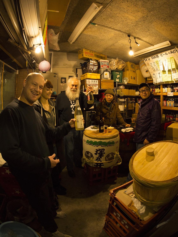 三矢さん(右端)は、17歳から22年間滞米していた経験が。そのためお客さんもインターナショナル。