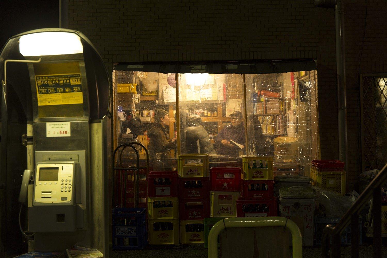 店の奥にある「裏の部屋」が角打ちスペース。グラス120mlで提供される酒は、常時5~6種で値段は300~450円。