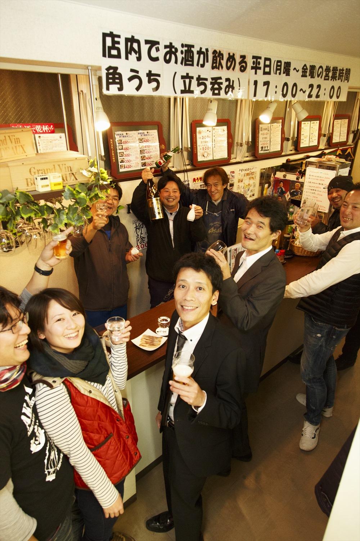 店長・関明泰さんを囲んで、カウンターに常連が集う。女性の一人客も多く、和気あいあい。