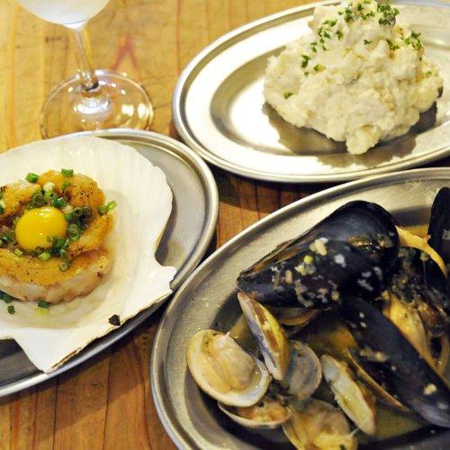 豊洲市場直送! 新鮮な魚貝類の料理を立ち飲みで楽しむ、神田『貝呑』