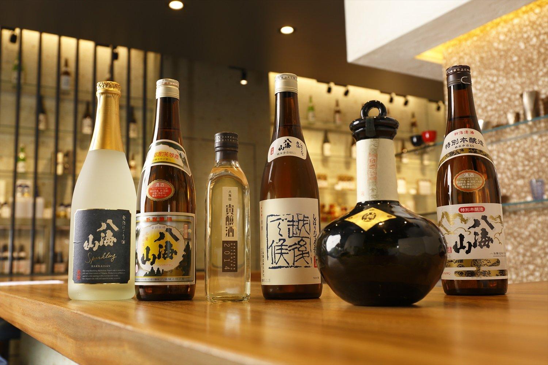 酒は60mlから提供。特別本醸造378円、純米大吟醸 金剛心1728円のほか、しぼりたて原酒 越後で候 青ラベル、貴醸酒、普通酒、発泡にごりもある。