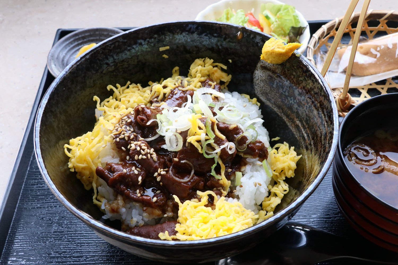 どて丼には赤だしとサラダ、鮎を模した和菓子がつく。