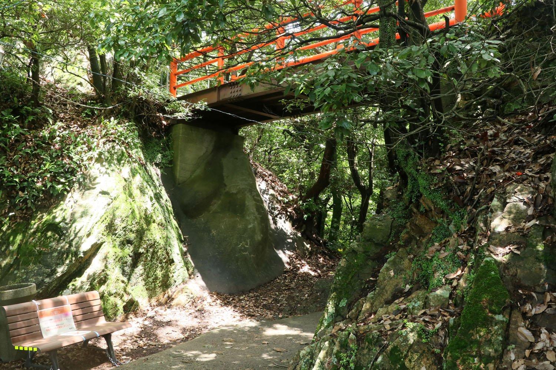 堀切の高さは2~3mほど。頭上の橋はもともとは存在しなかったはず。