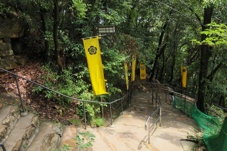 二の門は自然の崖上。登りで体力を消耗した先に……。