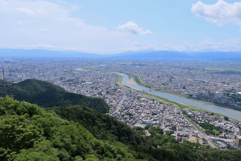 天守からの眺めは最高。長良川と濃尾平野を見晴らせる。