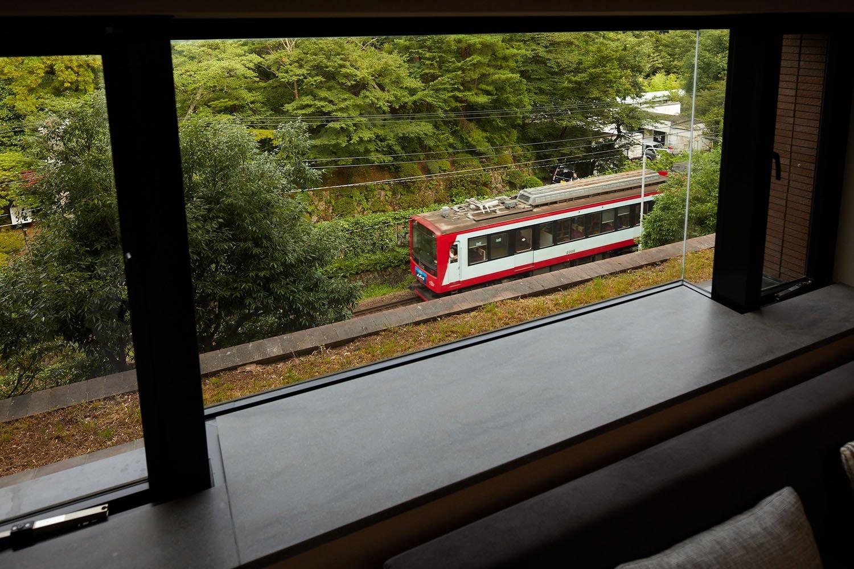 箱根ゆとわ 客室の窓から見える登山電車