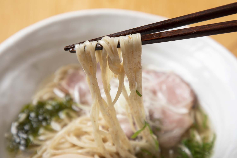 麺は表面から全粒粉の粒が見える中細麺。