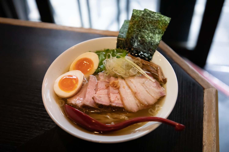 全部のせ特製塩ラーメン1050円。縮れ麺と細麺から選べる。