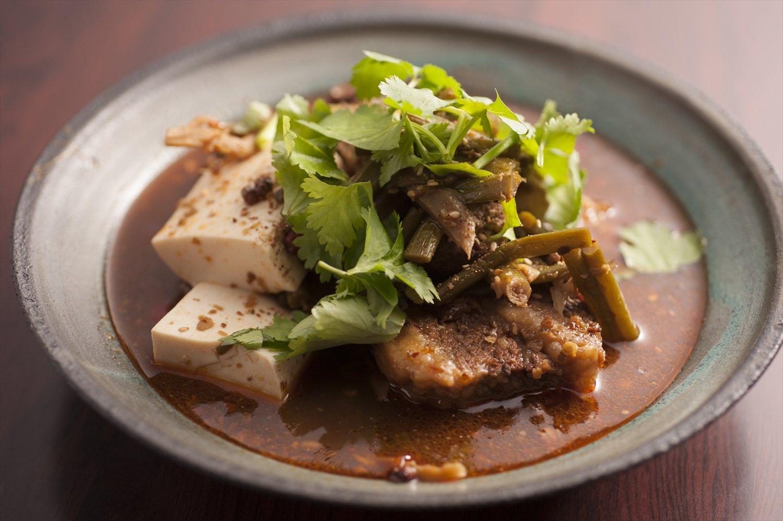 牛バラ肉の麻辣煮2200円は燗酒が止まらない肴。