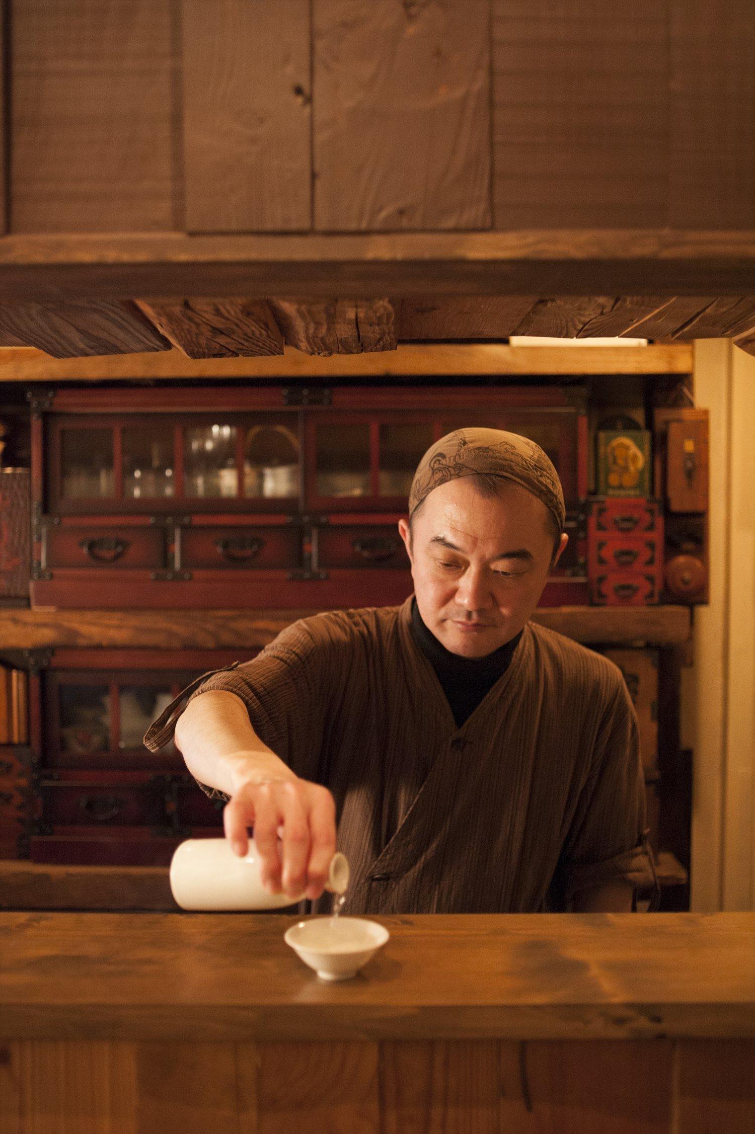 青森県出身の店主、今悟さんがつける燗酒は体に優しく染みわたる。