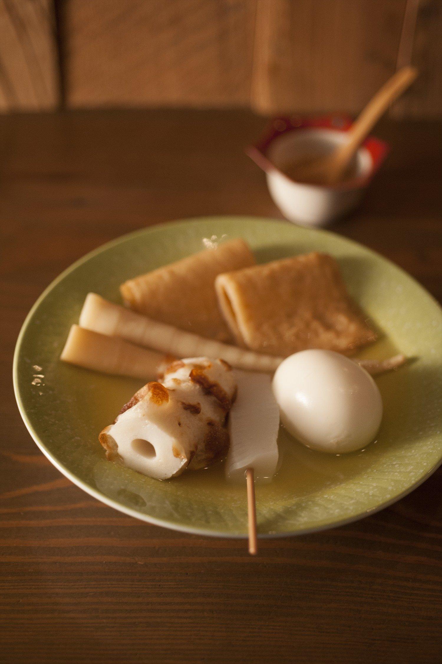 ホタテの繊細な出汁を利かせた青森おでん(各200円)は生姜味噌をつけてどうぞ。