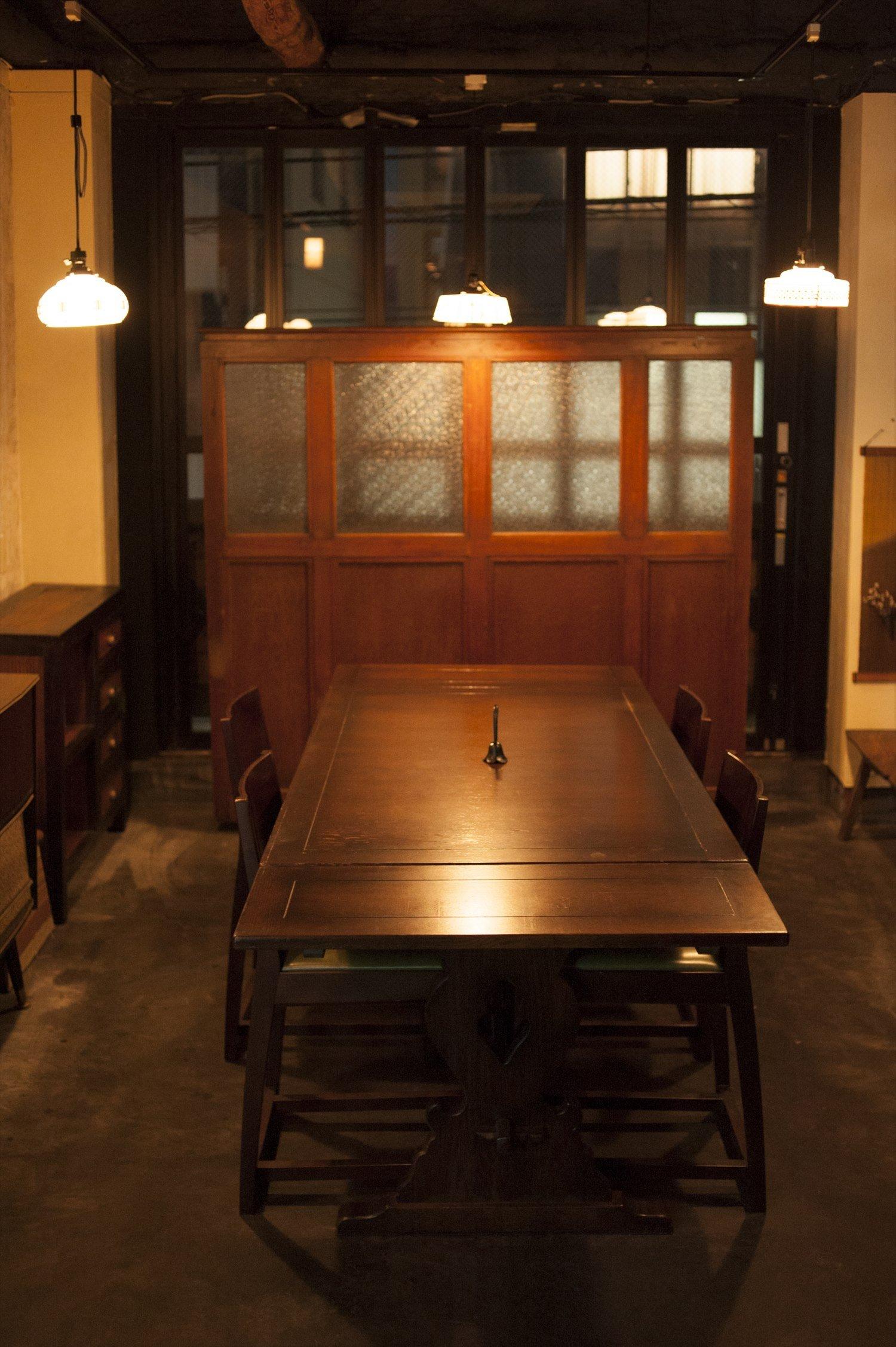 テーブル席はホッとする昭和の雰囲気。