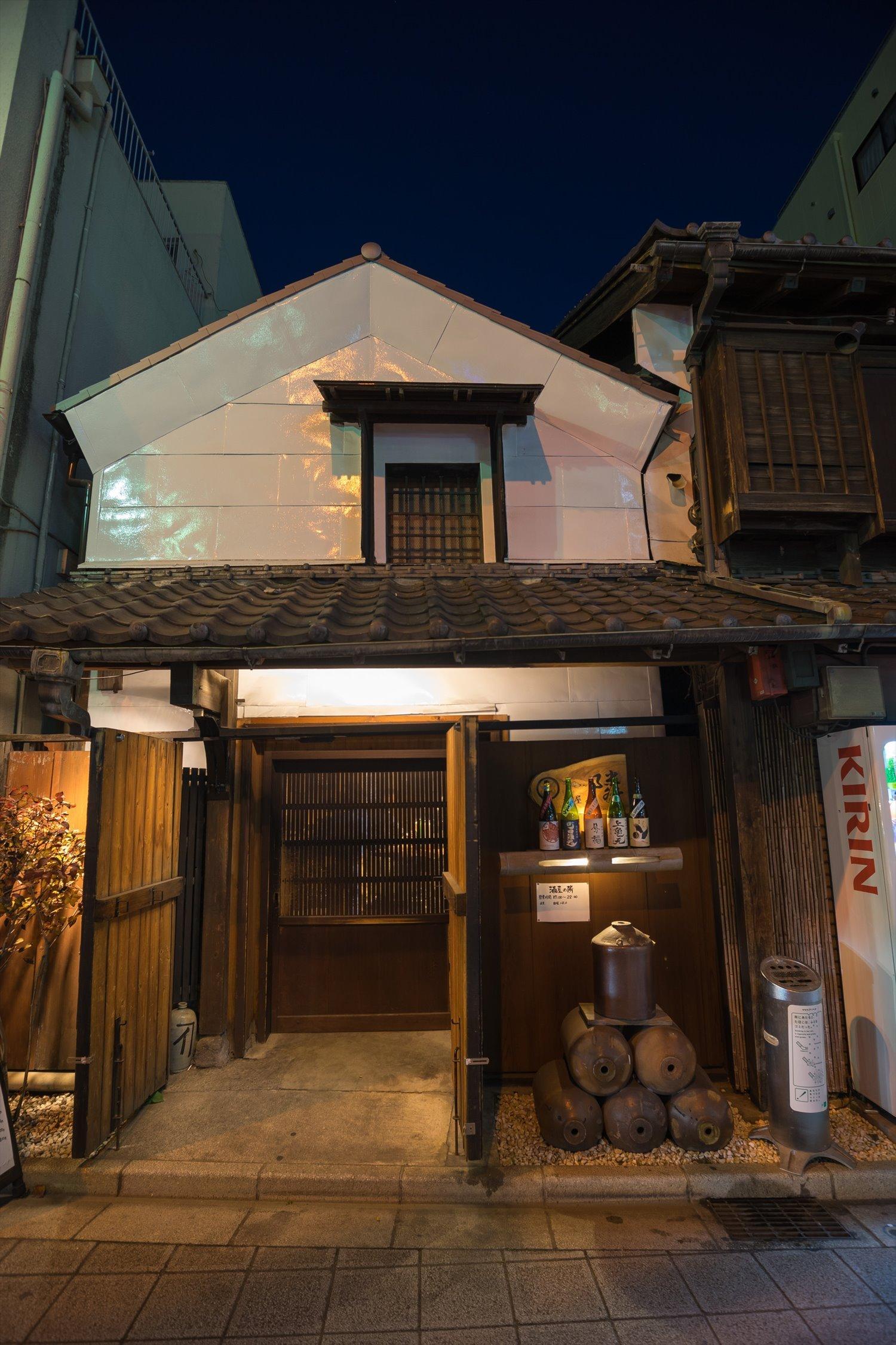 店は酒屋の左隣に。