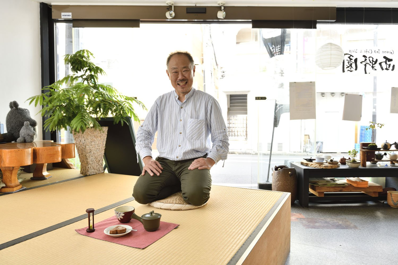 小上がりに座る西野さん。手前は店内で味わえるお茶菓子付き煎茶450円。