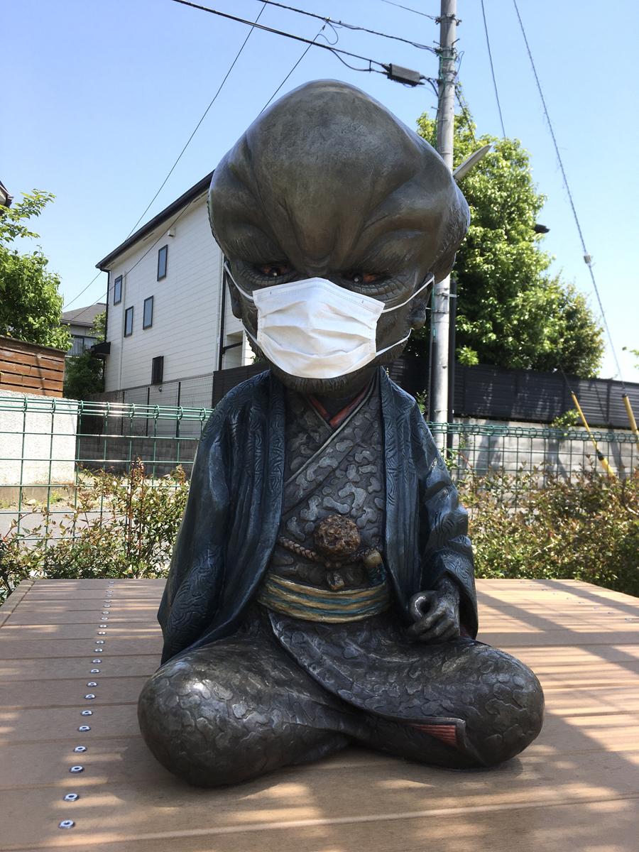 鬼太郎ひろばのぬらりひょん。この数日後にはマスクはなくなっていた(調布)
