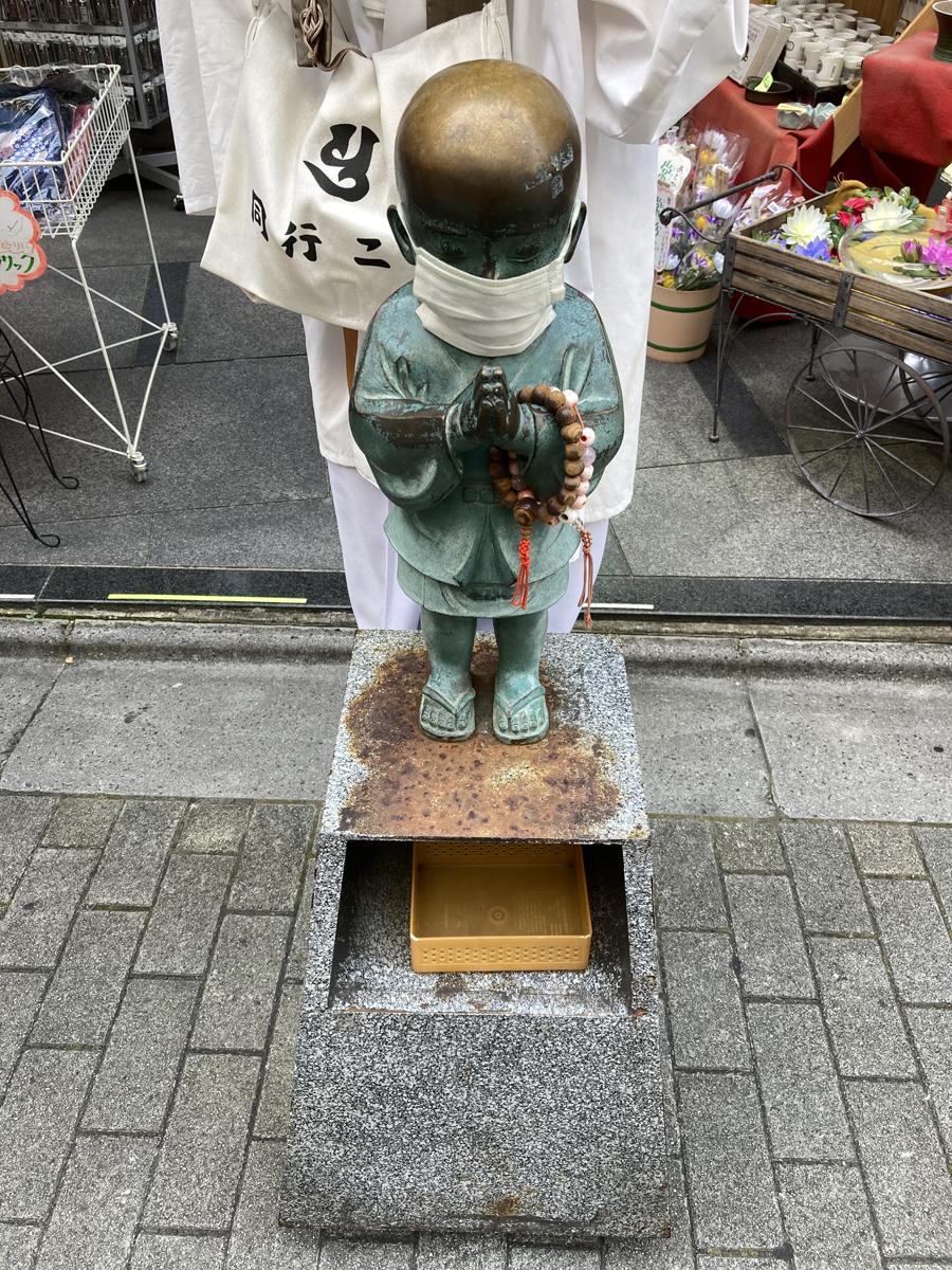 仏具店の店先にいた小僧さん(浅草)