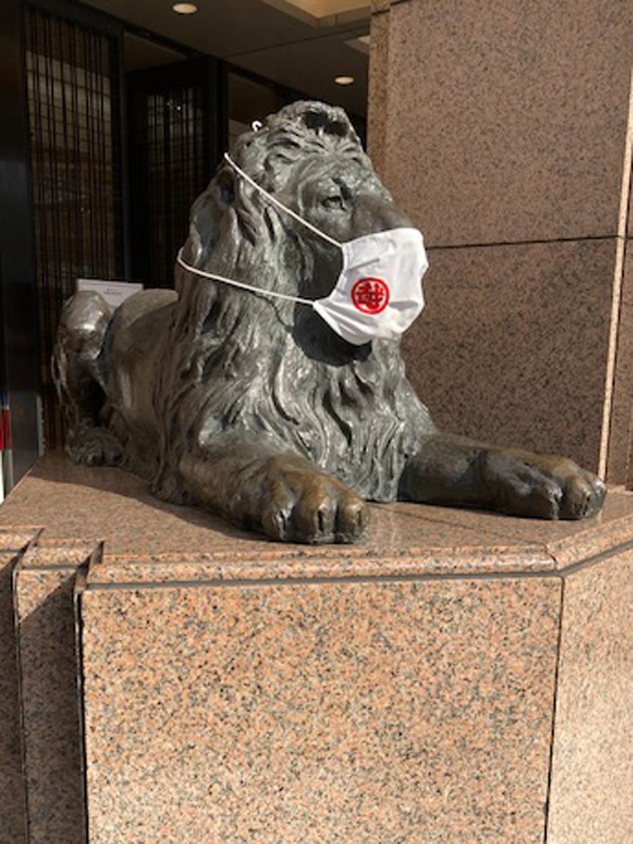 三越マークのマスクを着けたライオン(銀座)