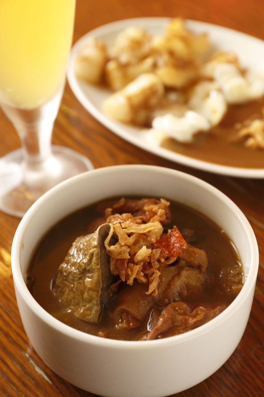 カレーモツ煮込み600円とカレーシロモツ焼き700円。牛肉を扱って50年の知人から新鮮なモツを仕入れる。