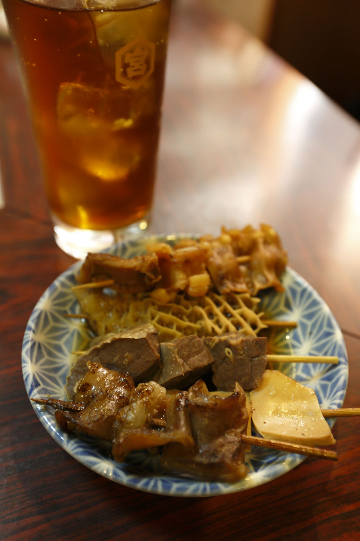 クニュクニュ食感が愉悦のハチノス(奥から2番目)、豆腐のようにやわらかいフワ(3番目)など串は各120円。