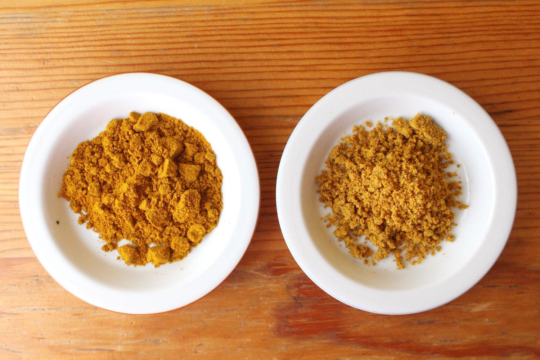 右がスパイスのみのカレー粉、左が油と小麦粉入りのカレー粉。2種類の違いは裏の原材料を見れば大体わかる。