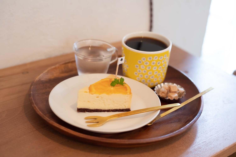 オレンジのチーズケーキ550円とブレンドコーヒー400円
